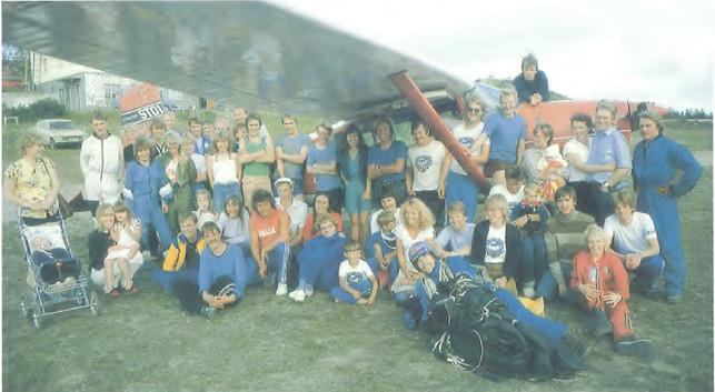 Iloista hyppyporukkaa Jämillä vuonna 1985