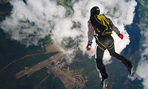 Hyppääjä Jämin taivaalla